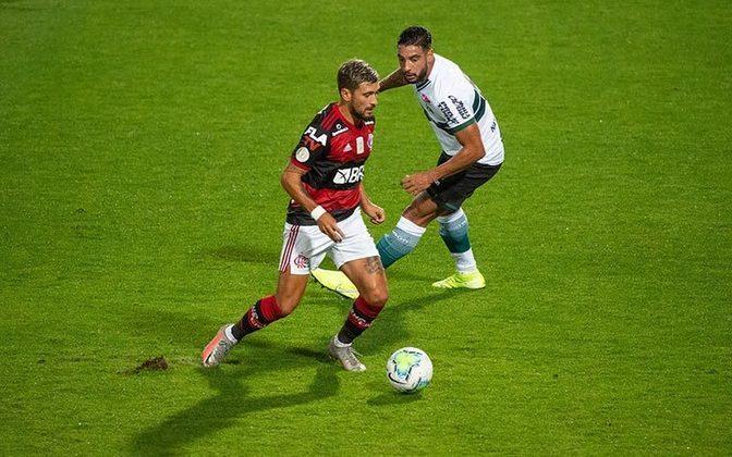 Finalmente, os três pontos. Ainda não foi o Flamengo que o torcedor se acostumou a ver nos últimos tempos, mas o Rubro-Negro jogou o suficiente para vencer o Coritiba por 1 a 0 fora de casa e somar seus três primeiros pontos no Campeonato Brasileiro. Domenec Torrent mandou a campo o