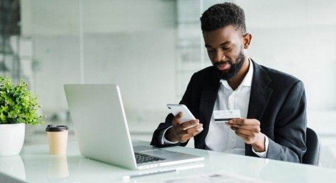 Consultar aplicativos de bancos também podem ajudar na organização financeira