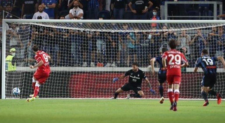 O momento do segundo penal batido por Vlahovic