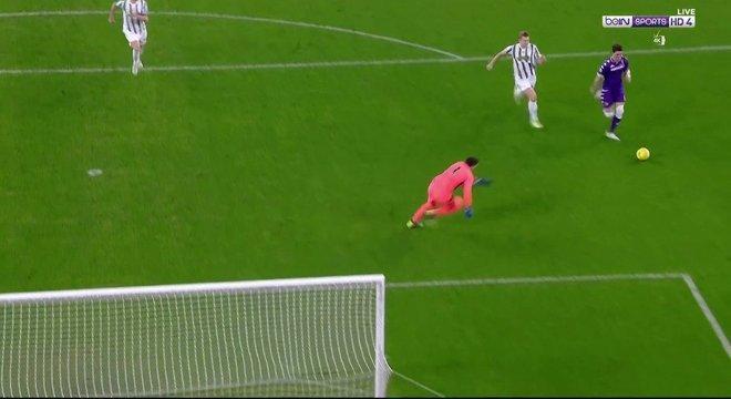 Aos 3', o momento do arremate de Vlahovic, Juve 0 X 1 Fiorentina