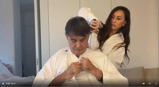 A apresentadora Sabrina Sato cortou o cabelo do pai durante o isolamento