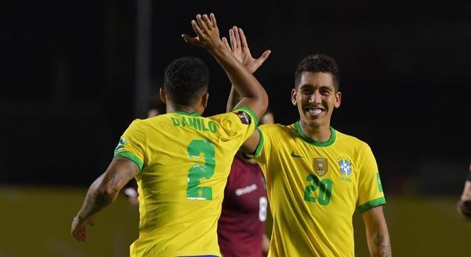 Firmino comemora com Danilo o gol brasileiro contra a Venezuela