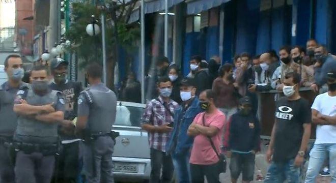 Na região do Brás, PM e prefeitura fiscalizam regras e há aglomeração