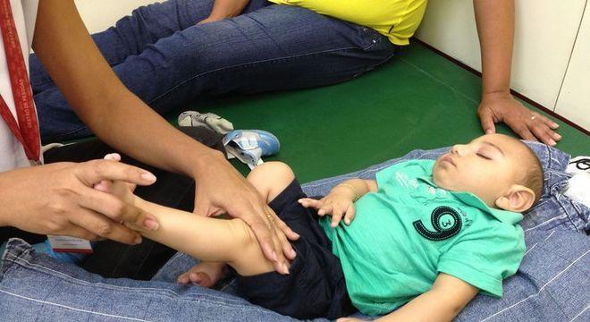 Fisioterapeuta atende bebês com microcefalia e orienta mães