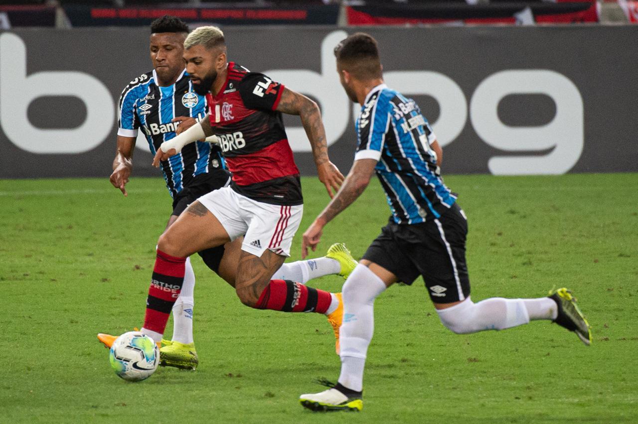 Anulado no jogo, Gabigol, que não marcava desde 11 de março, salvou-se com gol de pênalti