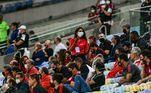 O primeiro jogo da final do Cariocão entre Fluminense e Flamengo é fechado ao público por causa da pandemia do coronavírus, mas há alguns convidados acompanhando o jogo no Maracanã