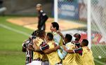 Jogadores reservas do Fluminense comemoram o gol de empate