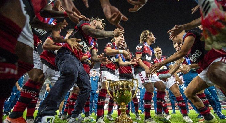 Diretoria do Flamengo quer tricampeonato. Primeiro garotos, depois, as estrelas