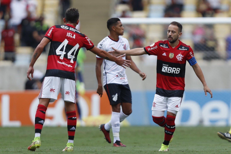 Everton Ribeiro comemora com Isla. O time sabia que adversário estava enfraquecido demais