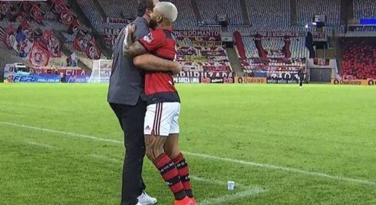 O abraço entre Rogério Ceni e Gabigol. Respeito e admiração crescem dos dois lados