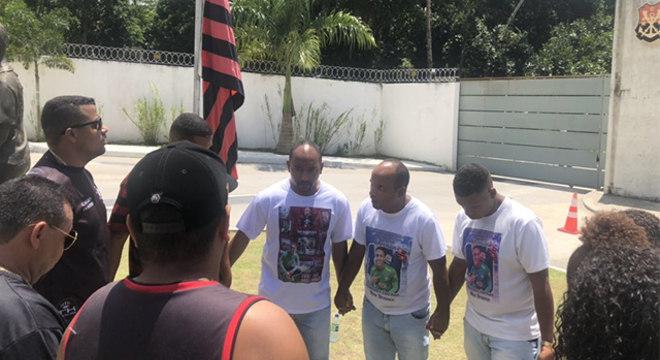 Familiares são impedidos de entrar para rezar pelos meninos mortos no CT