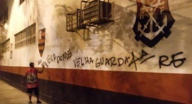 """Os muros da Gávea sendo pichados. """"Fora Dome"""". A pressão pela saída é forte"""