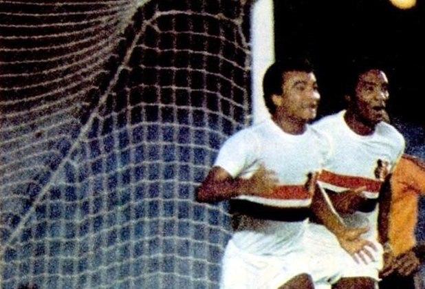 Flamengo 1 x 3 Santa Cruz - Campeonato Brasileiro -No dia 4 de Dezembro de 1975, no Maracanã com um público de 74 mil pessoas, pelo Campeonato Brasileiro, o Flamengo de Zico foi surpreendido diante de sua torcida. O Santa Cruz venceu o jogo por 3 a 1 com dois gols de Ramon e um de Volnei. Zico descontou para o Rubro-Negro.