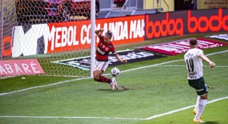 Diego salva gol de Breno, em cima da risca. Jogo frenético. Com inúmeras chances