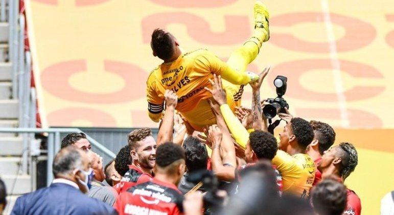Diego Alves sabe. Só está no Flamengo graças a Ceni. Por isso dedicou o título ao técnico
