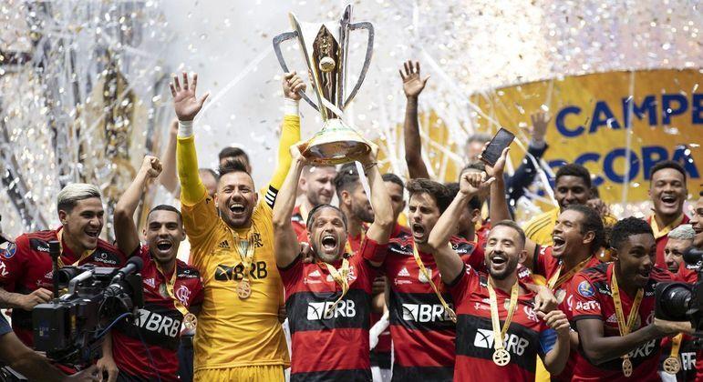 Para ter o bicampeão da Supercopa do Brasil no Maracanã, Federação Carioca adiou o clássico
