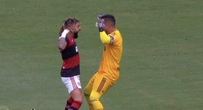 Gabigol fez questão de comemorar com Diego Alves a goleada sobre o Santos
