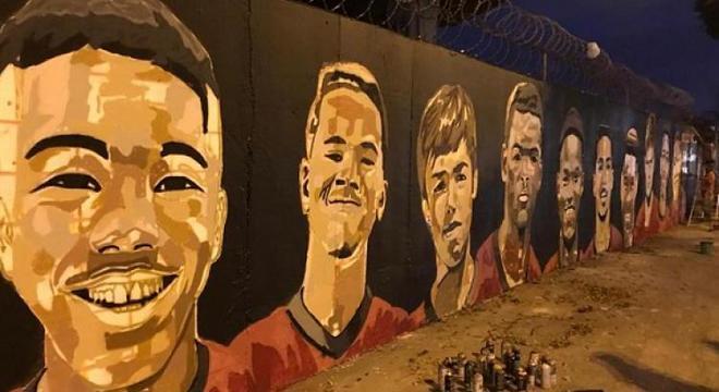 Muro, pintado por torcedores, substituiu memorial que Flamengo não faz