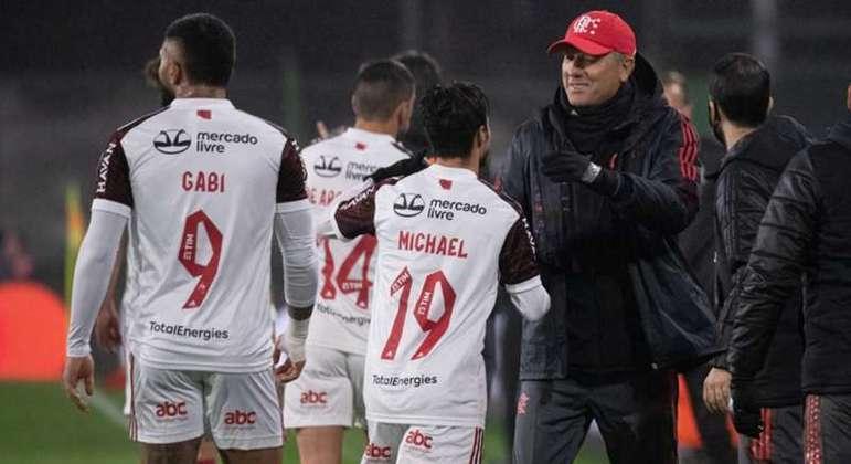 Renato Gaúcho comemora com Michael, sua maior aposta para o jogo na Argentina
