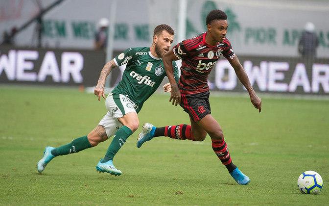 FLAMENGO 1x3 PALMEIRAS - Mesmo não podendo contar com sua torcida no Allianz Parque, o Rubro-Negro fez a festa e novamente derrotou o Palmeiras, ao fazer 3 a 1.