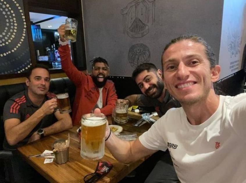 Filipe Luís e Gabigol celebram, no aeroporto de Buenos Aires, a vitória contra o Vélez