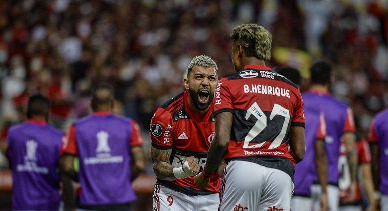 Gabigol comemora o aproveitamento de Bruno Henrique. Um complementa o outro