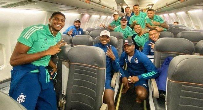 Atletas do Fla posam para foto sem máscaras após jogo da Libertadores