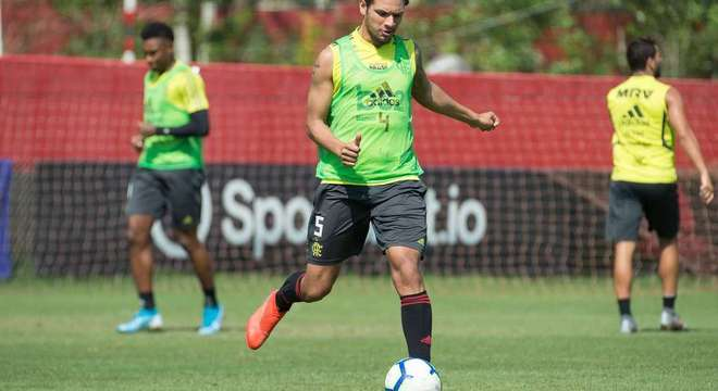 Flamengo treinando. E divulgando fotos. Patrocinadores expostos