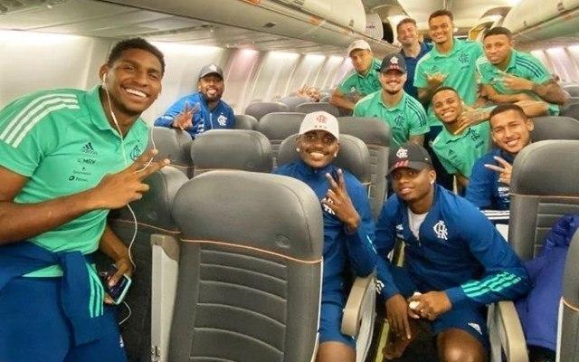 Flamengo provou que não respeita protocolo nenhum. Jogadores sem máscara no avião