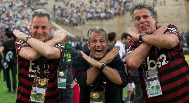Diretoria do Flamengo comemora. Três vitórias separam o clube de mais um título