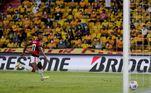 No começo do segundo tempo, Bruno Henrique ampliou ainda mais a vantagem, fazendo seu segundo gol no Equador e o quarto contra o Barcelona na semifinal