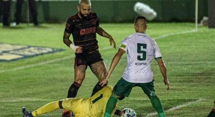 Lance de Flamengo e Boavista pelo Campeonato Carioca, no último sábado, com transmissão da Record