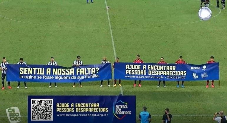 Jogadores dos dois clubes entraram com faixa sobre pessoas desaparecidas