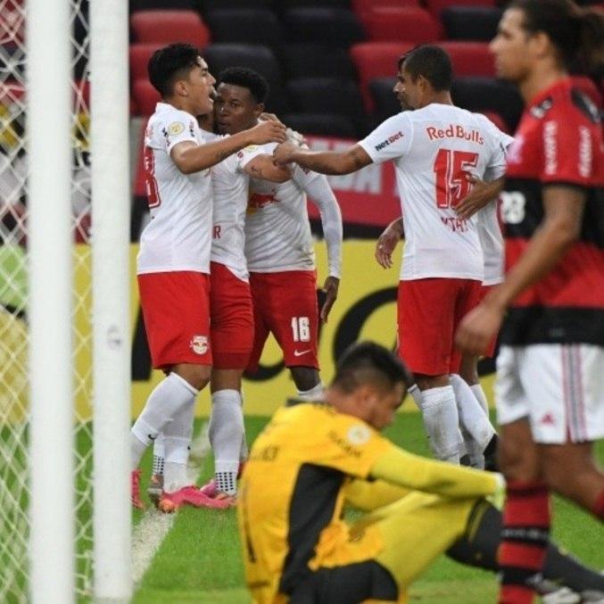 Jogadores do Bragantino comemoram virada história sobre o Fla, no Maracanã