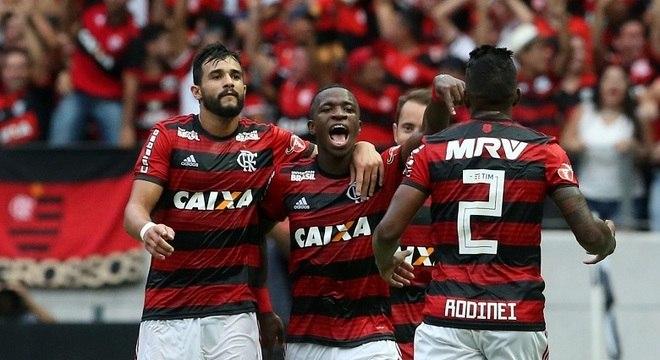 Resultado de imagem para Vinicius dá show, e Diego vai para a galera em vitória do Flamengo sobre o Ceará no Castelão
