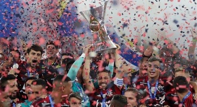 O capitão Diego ergueu a taça de campeão brasileiro