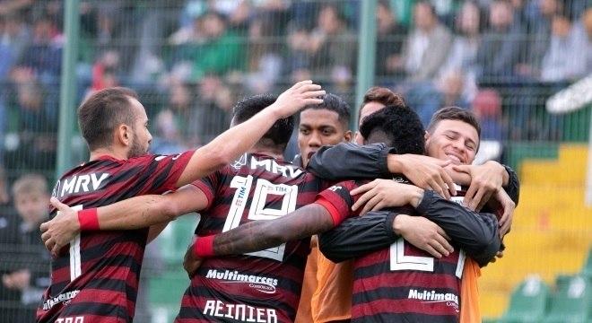 Jogadores do Flamengo comemoram a 16ª vitória no Brasileirão