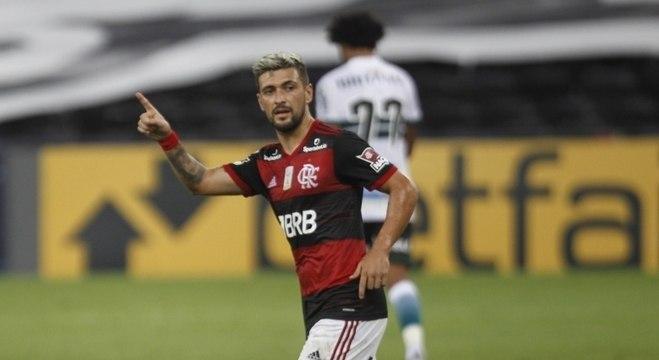 Arrascaeta marcou para o Fla na vitória por 3 a 1 sobre o Coritiba, no Maracanã