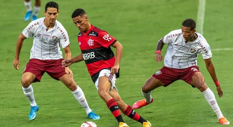 Flamengo dominou o Fluminense em quase todo o jogo, mas perdeu chances e foi vencido no final