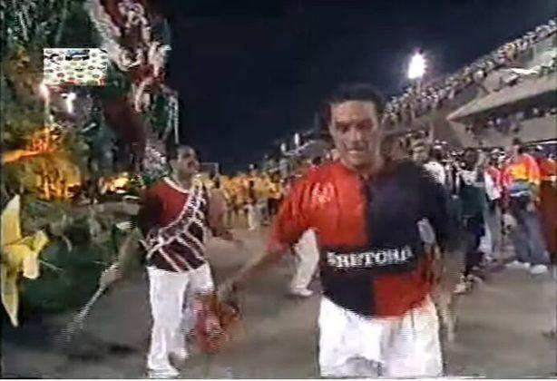 Flamengo:No ano de 1995, quando o Rubro-Negro completou 100 anos, a escola de samba carioca Estácio de Sá resolveu falar sobre as conquistas do clube, na avenida. O resultado: um samba histórico até hoje lembrado pelos torcedores, com o refrão