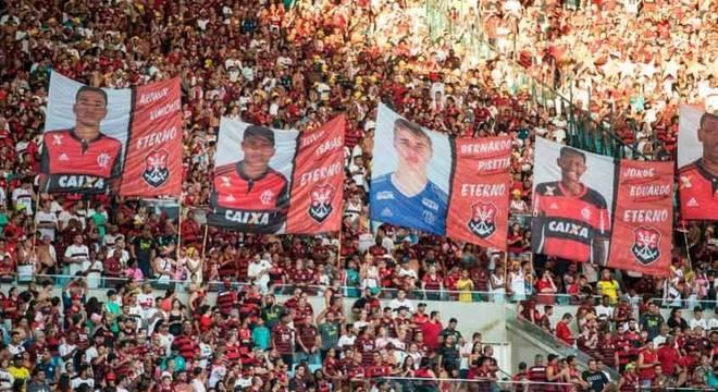 Torcida do Flamengo prestou homenagens às vítimas do Ninho do Urubu