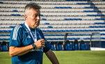 O Flamengo enfrenta o Barcelona, equipe do Equador, nesta terça-feira (22) pela Libertadores, em meio a uma situação complicada. Com baixas no elenco, muitas delas devido a casos de covid-19, o Rubro-Negro passou por mais um percalço. O avião com os quatro atletas enviados a Guayaquil nesta terça-feira (22) para fortalecer o time, precisou retornar a Manaus por não ter conseguido autorização para entrarno espaço aéreo do Peru
