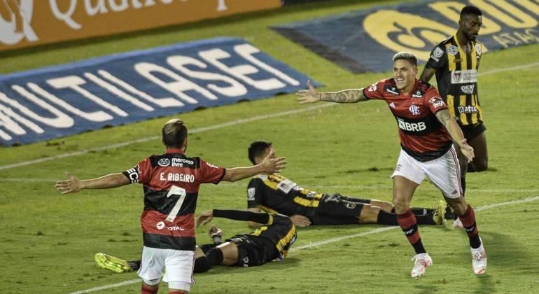 Pedro marca três vezes, Flamengo vence o Volta Redonda e sai na frente nas semis do Carioca