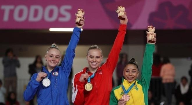 A ginasta Flávia Saraiva (à dir.), 19, que levou bronze, tem 1, 45 m de altura