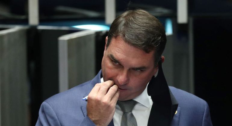 Flávio Bolsonaro teria desviado salários de funcionários de seu antigo gabinete na Alerj
