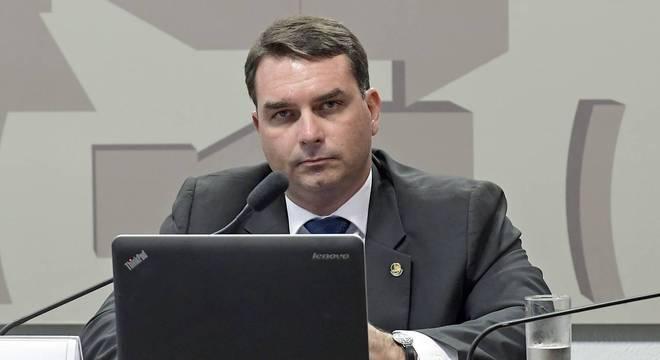 Flávio Bolsonaro posta vídeo do corpo do ex-PM Adriano Magalhães