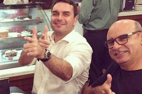 Queiroz ao lado do agora senador Flavio Bolsonaro