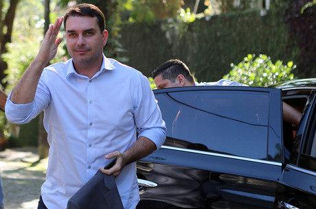 Flávio diz que ex-motorista tem explicação para caso