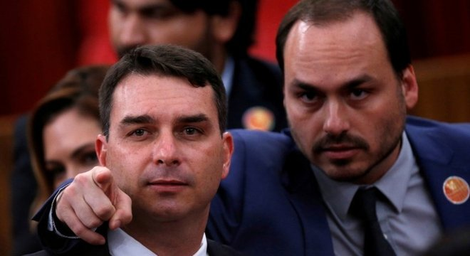 'Estou pedindo que o Bolsonaro fale claramente sobre isso, porque esse menininho [Carlos, à dir ao lado de seu irmão Flávio] é um percevejo, é irrelevante'