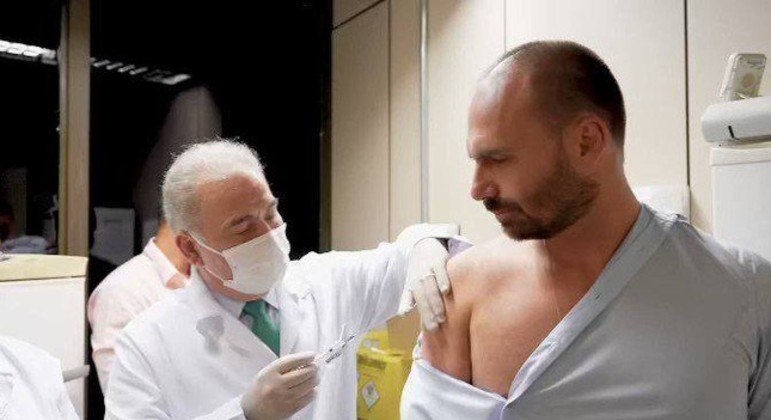 Ministro Queiroga aplica vacina em Flavio Bolsonaro